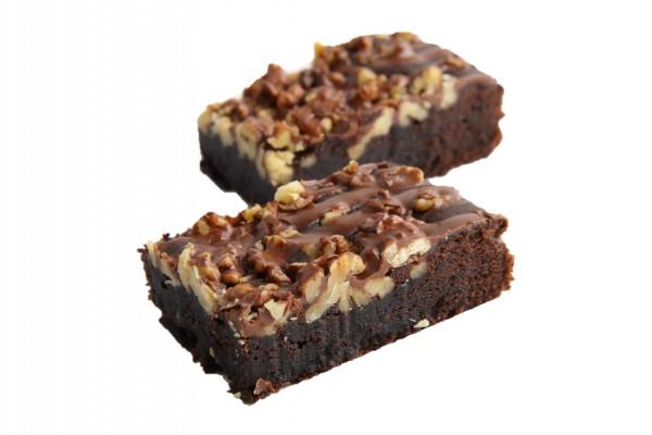 Brownie-Blechkuchen mit Walnüssen geschnitten