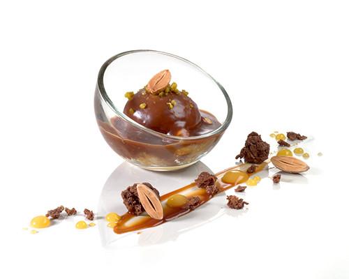 Mousse von gerösteten Nüssen mit Meersalz und Mirabelle im Mini-Bubbleglas