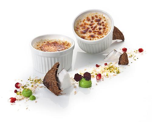 Kokosnuss-Crème-brûlée im Souffléförmchen